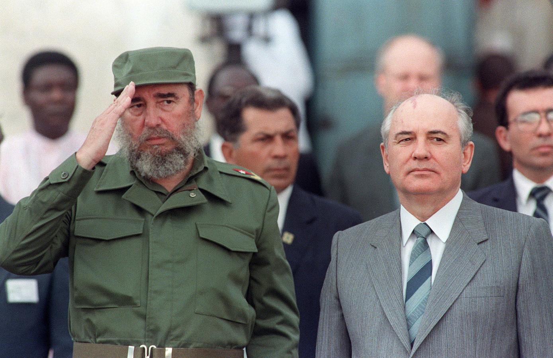 De Cubaanse president Fidel Castro verwelkomt de Russische leider Michail Gorbatsjov in 1989 bij een bezoek aan Cuba.