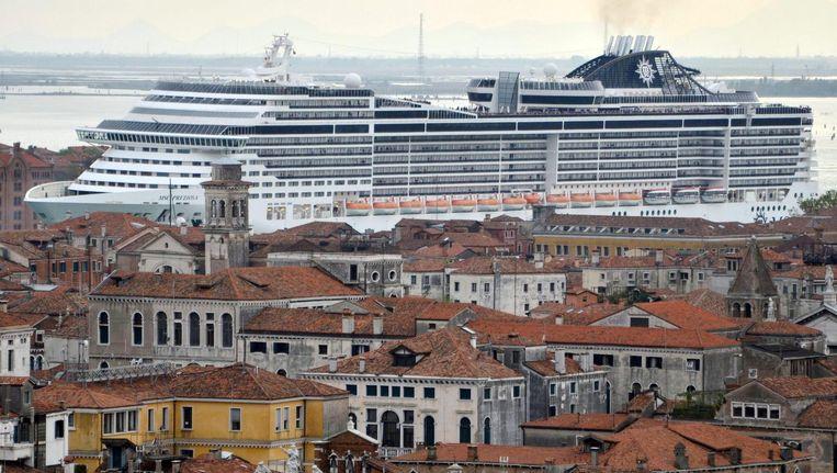 Een cruiseschip in de haven van Venetië. Beeld EPA