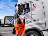 Vrachtwagenchauffeurs krijgen in de haven folder met uitleg over brexit