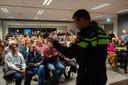 Een bomvolle zaal in Agora in Rucphen wanneer politieman Freek Pecht voorlichting geeft over synthetische drugs.