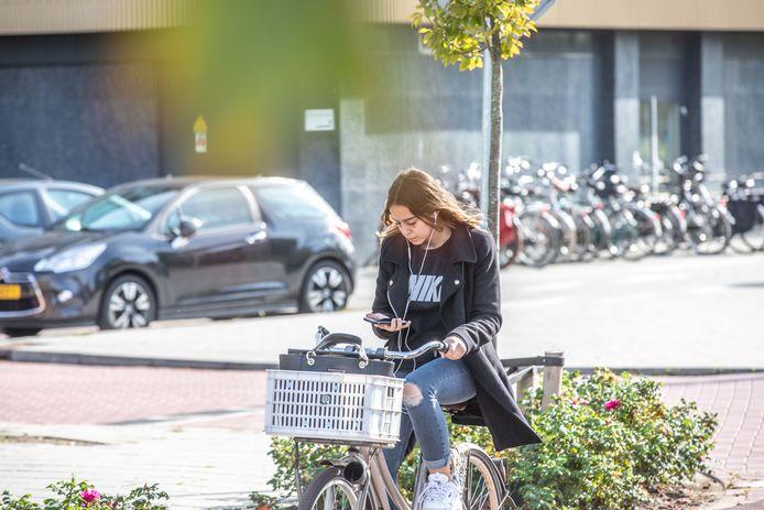Appen of bellen op de fiets is sinds 1 juli verboden.