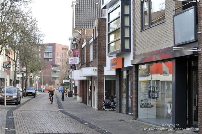 De Fanshop Twente is nog maar amper weg, of de winkelruimte aan de Drienerstraat wordt alweer ingericht. Twee zaken trekken bij Leder Nijhof in. Cadeauwinkel Kado-rijke® en Vintage Paradijs. Foto: Carlo ter Ellen