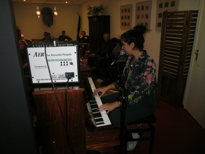 Singer-songwriter Amber Gomaa trapt Popronde af in De Meester.