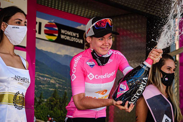 Anna van der Breggen mag de champagne ontkurken na haar overwinning in de Giro Rosa. Beeld BSR Agency