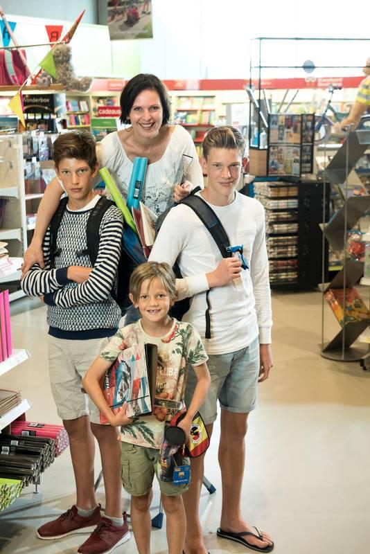 Caroline met haar zonen Arno (15), Arthur (13) en Daan (8).