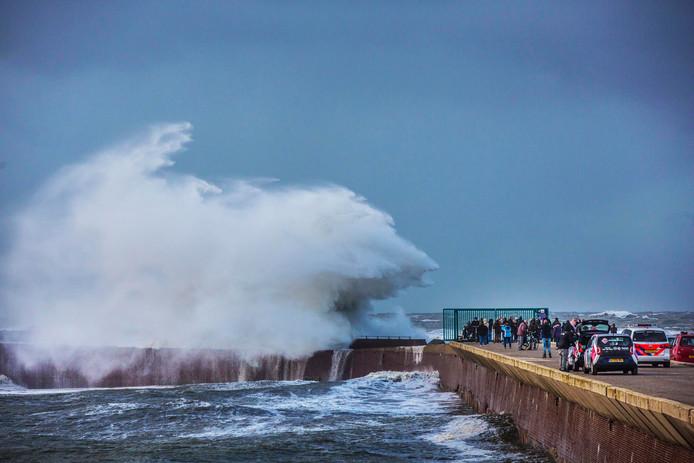 Uiteenspattende golven voor de Scheveningse haven.