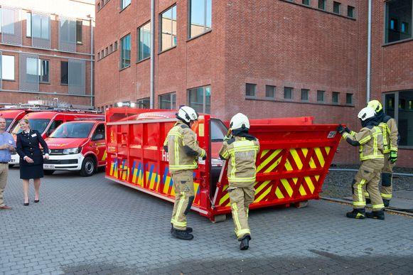 De nieuwe waterdichte container van de brandweer, perfect voor het veilig blussen van elektrische of hybride voertuigen.