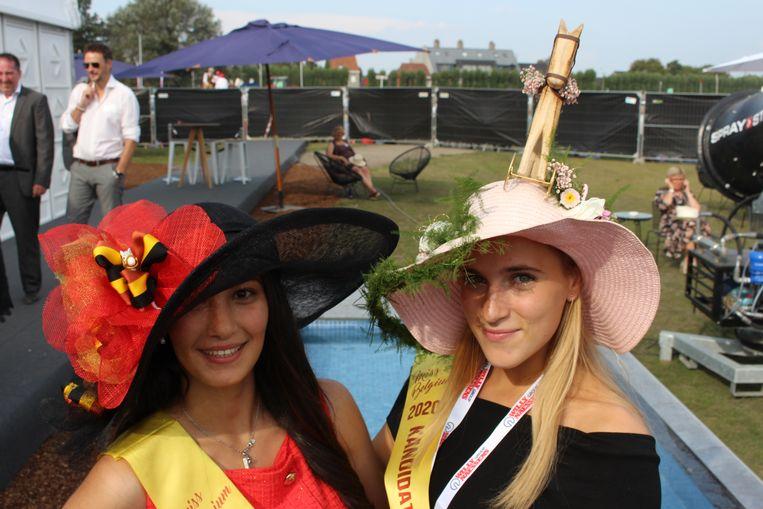 """Lorina Boterdaele uit Oosterzele en Laura Roef uit Brugge, twee kandidates voor Miss België, lieten deskundige creatievelingen zich over hun hoed buigen. """"Bij mij was het een hoedenontwerper"""", zegt Lorina. """"En bij mij een bloemenspecialiste"""", zegt Laura."""