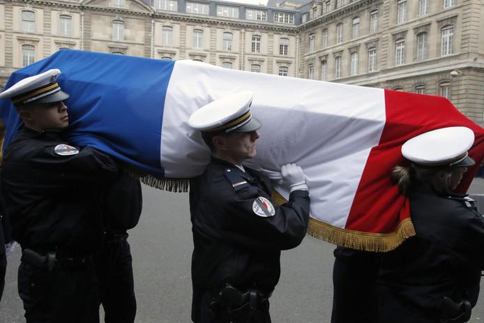 Agenten dragen het lichaam van hun overleden collega Clarissa Jean-Philippe