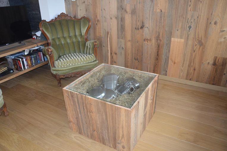 Een salontafel met erin een motor van een oldtimer verwerkt. Prijs: tussen de 300 en de 400 euro.