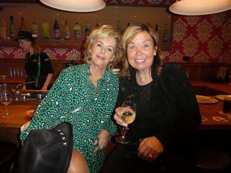 Fans aan de bar. Ingrid Koelemeijer (r):
