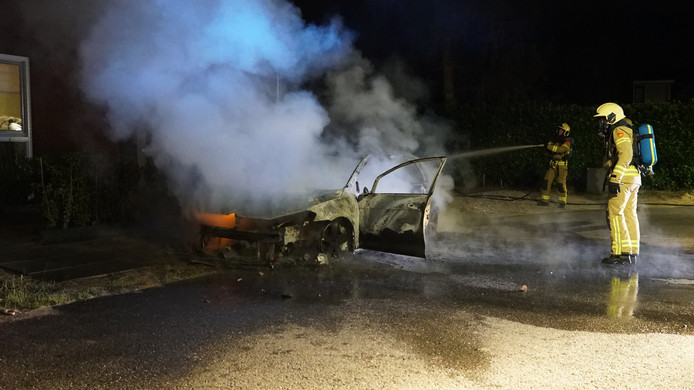 Een auto is uitgebrand in Harfsen.