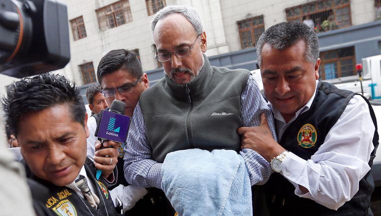 Manuel Burga wordt naar de rechtbank gebracht in Lima, december 2015. Beeld AFP