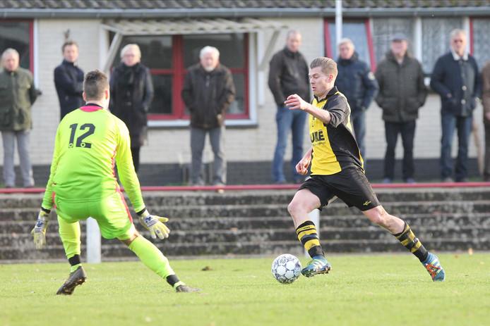 Ramon Steenbergen (rechts), hier tegen SC Rheden, scoorde twee keer voor VVO tegen Concordia Wehl, maar het mocht niet baten: 2-5.