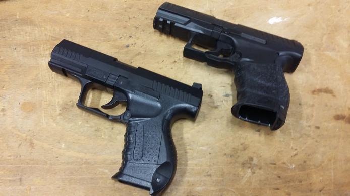 Het meest nagemaakte wapen: Walther P99Q. Het bovenste wapen is echt, het onderste wapen is nagemaakt.