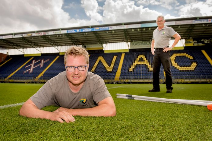 Erwin Braspenning op zijn grasmat in het NAC-stadion. Vader Jan ziet dat het goed is.