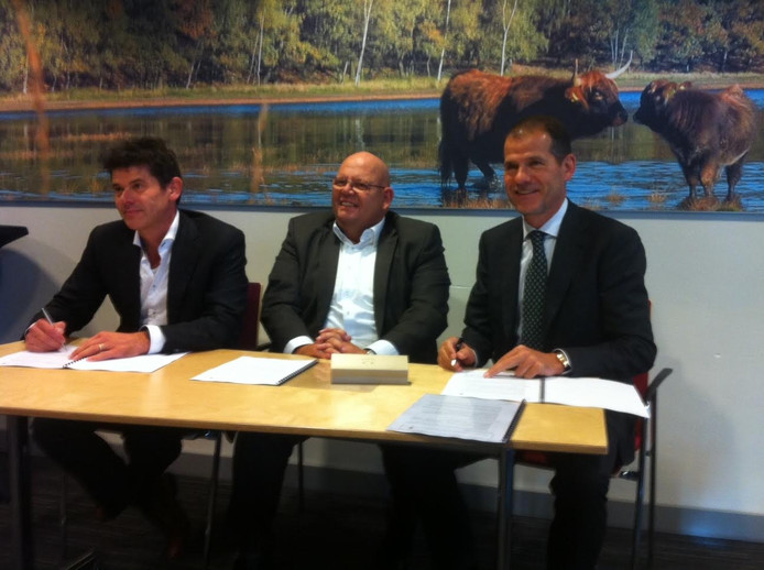 Wethouder Ben Brands te midden van de bouwers Arno van der Heijden (links) en Clemie van Wanrooij.