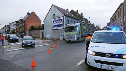 Truck sleurt vrouw mee aan basisschool