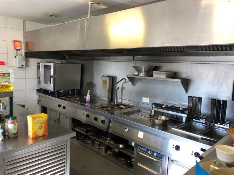 De zaak heeft ook een grote professionele keuken.