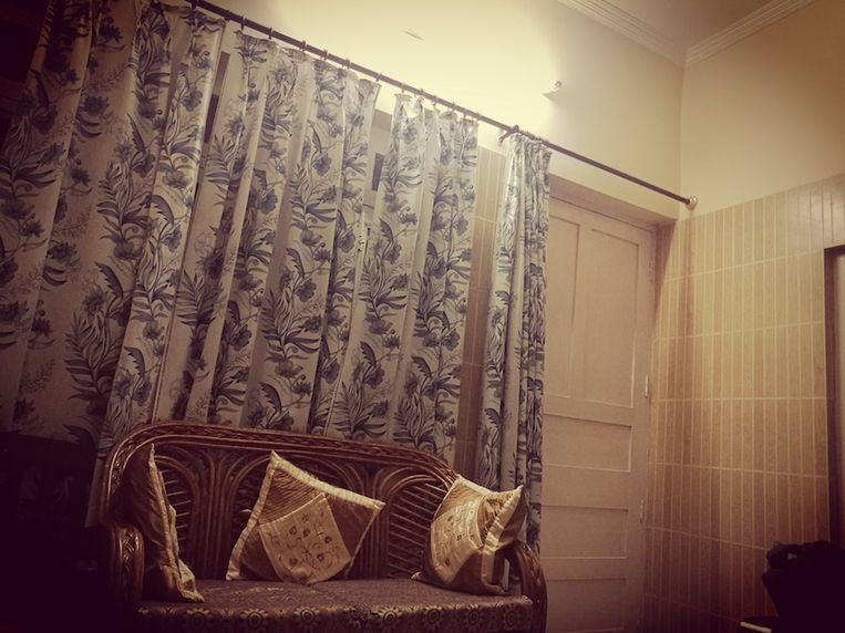 De vrouw sloot zichzelf in angst op in haar kamer, terwijl er regelmatig op de deur werd geklopt.