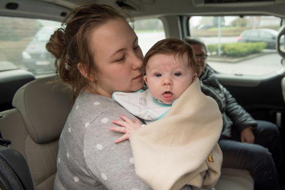 Noemie Reymaeckers met haar 3 maanden oude dochtertje Charlotte.