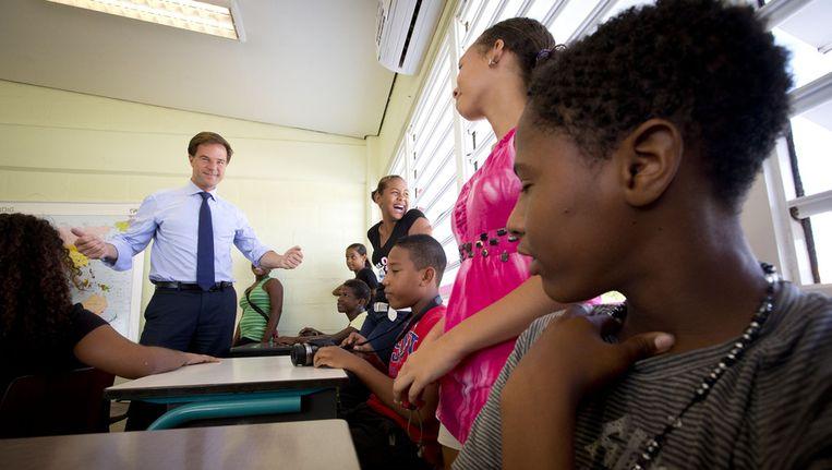 Minister-president Mark Rutte tijdens zijn bezoek aan 'Jong Bonaire', een opvangplek van jongeren voor naschoolse opvang en educatie. Beeld anp