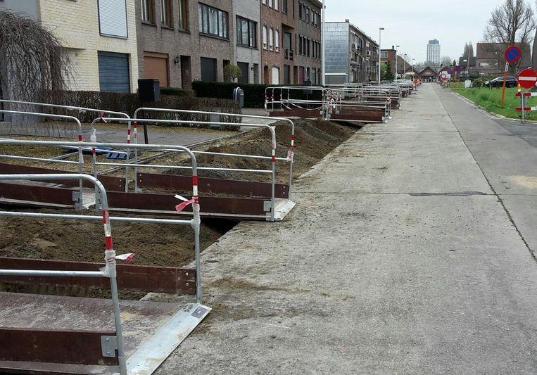 De voetpaden in de Peter Benoitlaan werden opgebroken.