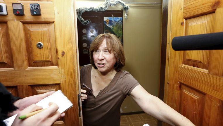 Aleksijevitsj staat de pers te woord bij haar appartement in Minsk. Beeld reuters