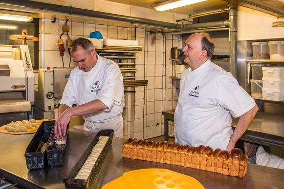 Bakker Bart Schelstraete kijkt toe terwijl Matthias Diependaele zich waagt aan de Zottegemse koekelarings.