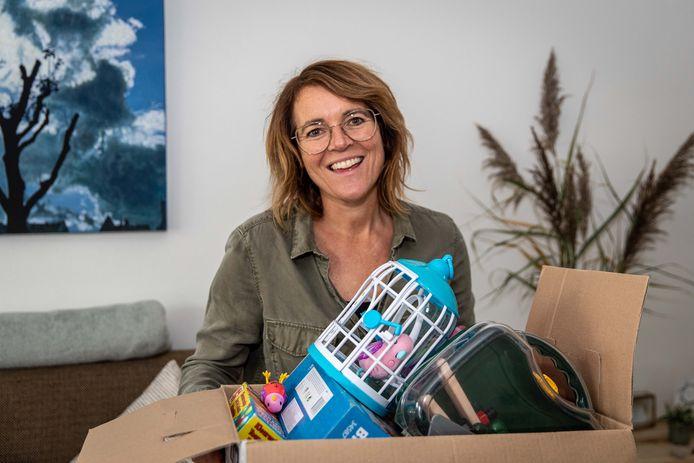 Marienette Visser heeft een doos vol speelgoed en spelletjes voor de ruilbeurs van cadeautjes.