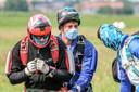 Het is misschien een vreemd zicht, een parachutist met een mondmasker, maar in Moorsele is het geen uitzondering meer. Tijdens de sprong zelf kan je uiteraard gemakkelijk afstand bewaren, maar in het vliegtuig waarmee ze gedropt worden is dat al veel minder het geval.