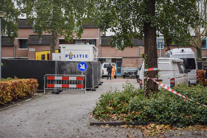 Afzettingen bij een woning in Groningen. De politie vermoedt dat het lichaam van Halil Erol in de woning in de wijk Beijum in stukken is gezaagd. De 34-jarige Steenwijker werd in februari 2010 als vermist opgegeven.