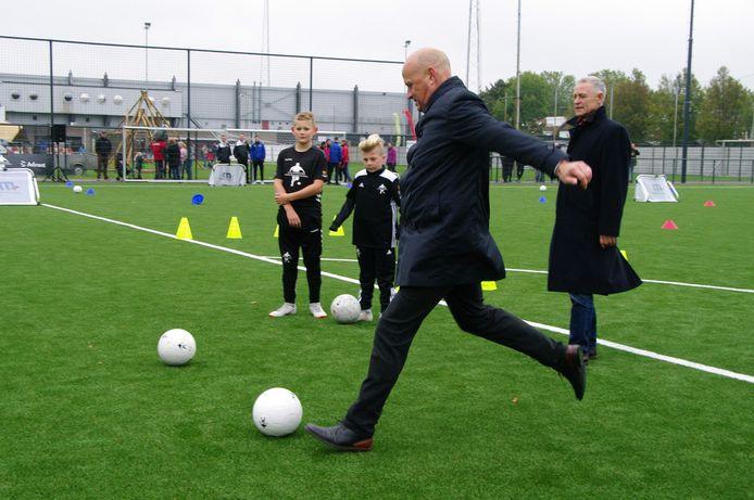 Wethouder Harrie van Dijk opent de nieuwe kunstgrasvelden op sportpark De Braak, in oktober 2019.
