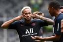 Neymar en Mpabbé dollen op de training.