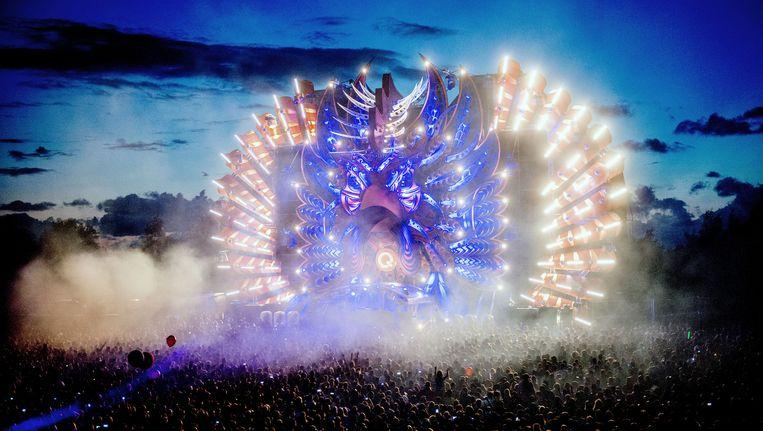 Een enorme lichtshow op het hoofdpodium tijdens de 21e editie van het dancefestival Mysteryland Beeld null