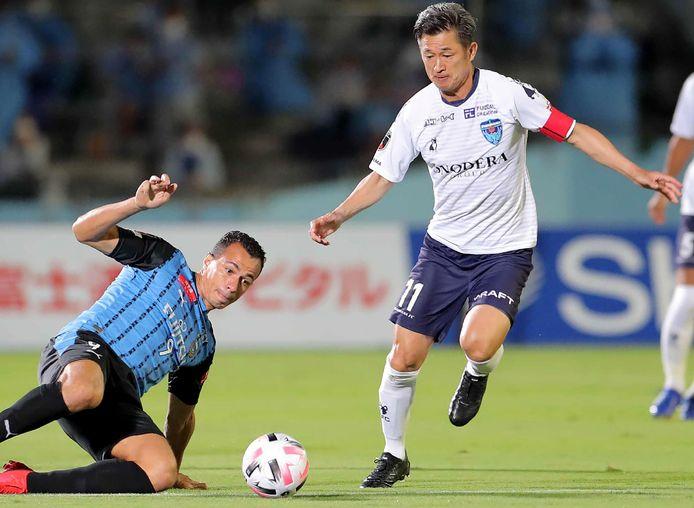 Kazuyoshi Miura (r) namens Yokohama FC in actie tegen Kawasaki Frontale. Met zijn 53 jaar, zes maanden en 28 dagen is hij nu de oudste speler in de J-League.