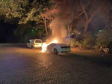 Vlammen slaan uit geparkeerde auto in Rijswijk