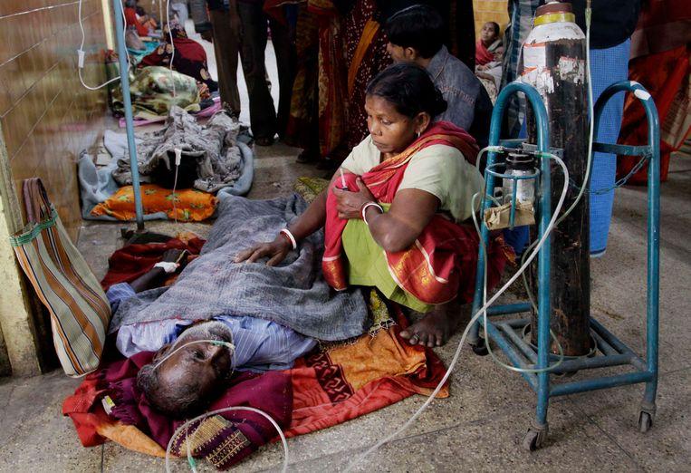 Archieffoto: Man wordt behandeld in ziekenhuis na het drinken van illegaal gestookte alcohol in India.