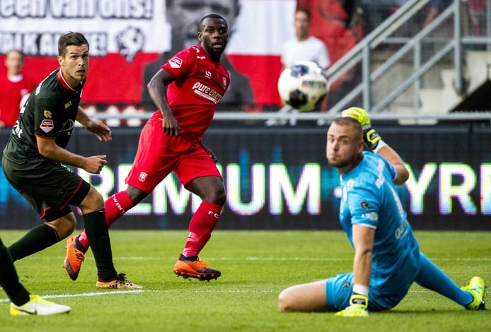 Ulrich Bapoh van FC Twente scoort tijdens de eredivisiewedstrijd tegen Sparta Rotterdam in De Grolsch Veste.