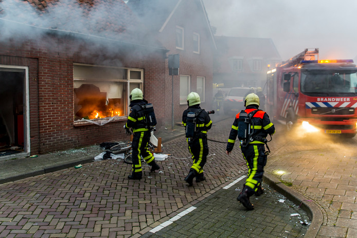 Een verwarde man zou donderdagochtend zijn eigen woning aan de Kanonnierstraat in Oosterhout in brand hebben gestoken.
