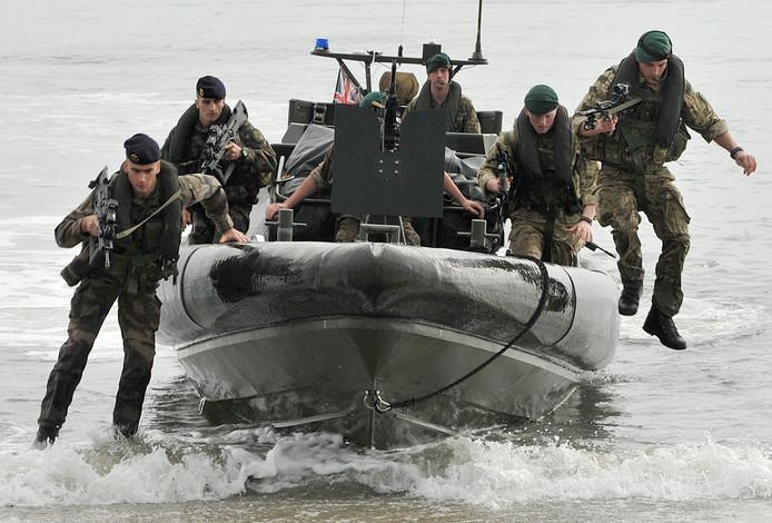 Franse (links) en Britse (rechts) mariniers tijdens een oefening.