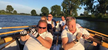 Tukkers roeien ketting over Thames aan flarden