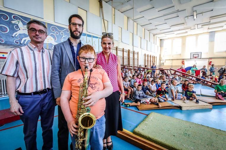 Matias Brysse toont al zijn muzikale talent in het bijzijn van de leerlingen van de gemeenteschool in Adinkerke.
