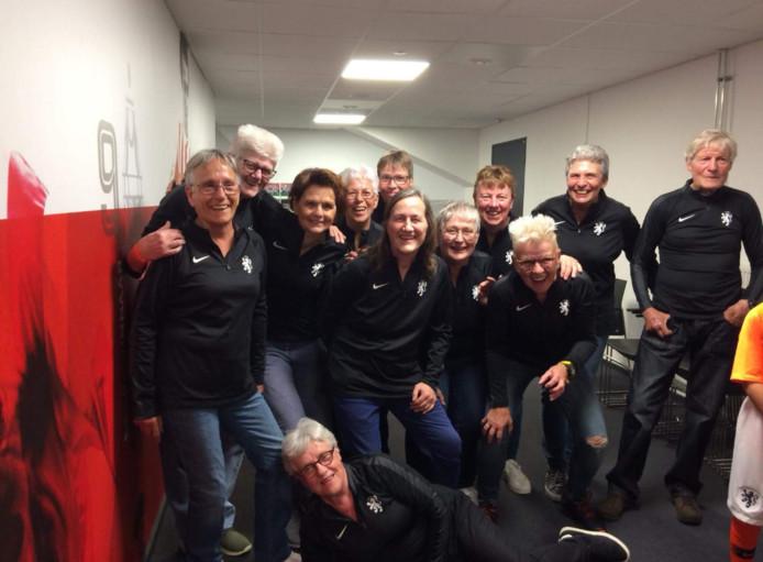 De elf van 1973 plus hun trainer, Tilly van Rooijen links en Hennie Vernooij vierde van rechts.