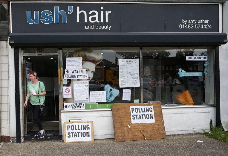 Een vrouw verlaat een stembureau in een kapsalon in Kingston-Upon-Hull. Beeld afp