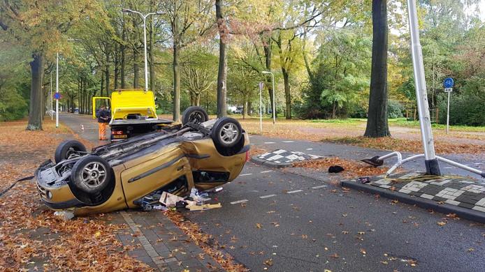Automobiliste met auto over de kop in Tilburg.