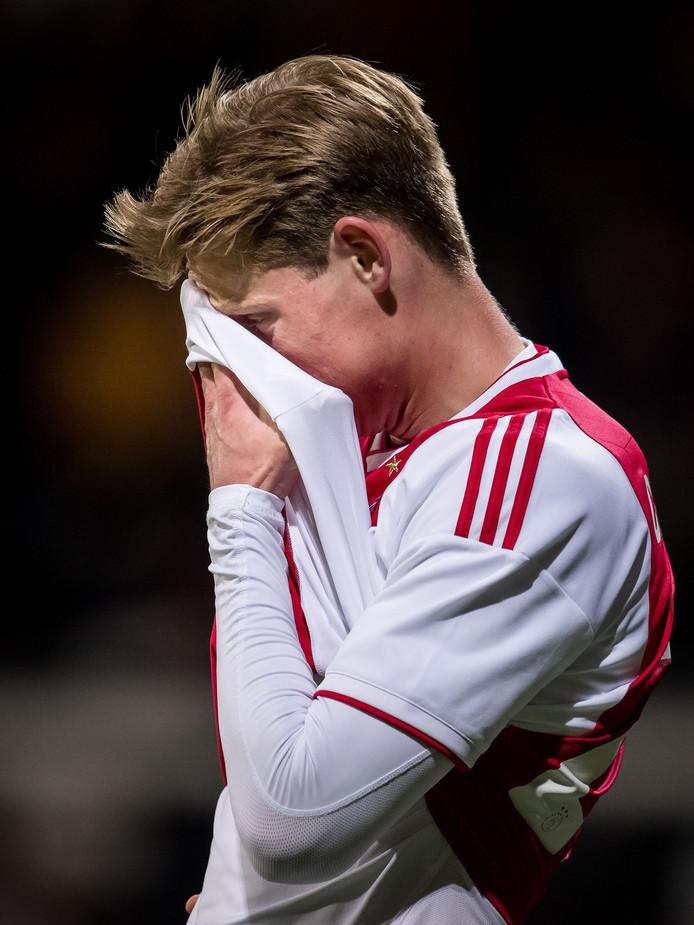 Frenkie de Jong kan het niet geloven dat Ajax op achterstand is gekomen in Almelo.