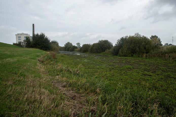 De zijtak van de IJssel, naast De IJsselstroom in Zutphen, staat droog. Daardoor verzakt de voormalige stoomwasserij.