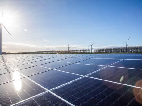 Deventer Klimaatexpert beplakt windmolens met zonnepalen