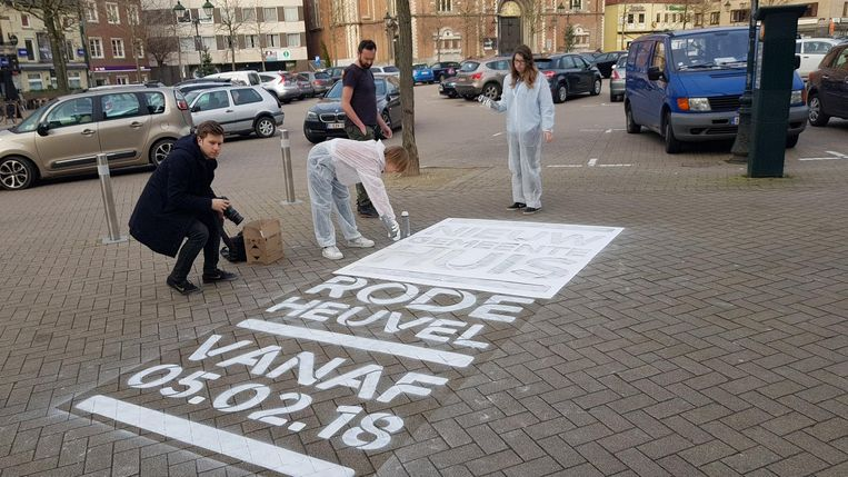 De jongste dagen bracht communicatiebureau Soon al wegwijzers aan op de Markt van Wetteren.
